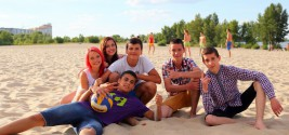 K1600_group_of_teens_at_the_beach_515758